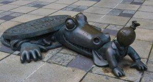 20-strange-sculptures-pi-crocodile1