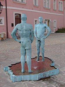 20-strange-sculptures-pi-peeing