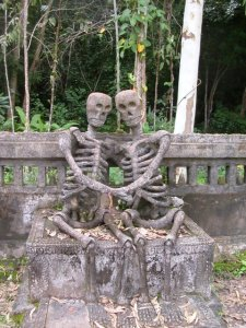 20-strange-sculptures-pi-skeletons-love