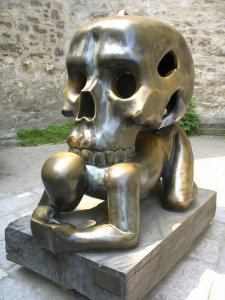 20-strange-sculptures-pi-skull