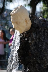 20-strange-sculptures-pi-vomiting-fountain
