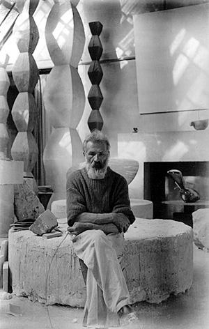 Constantin Brancusi in atelierul lui, ca. 1933–34